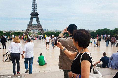 Parisdə bomba təhlükəsi – Eyfel qülləsi boşaldıldı