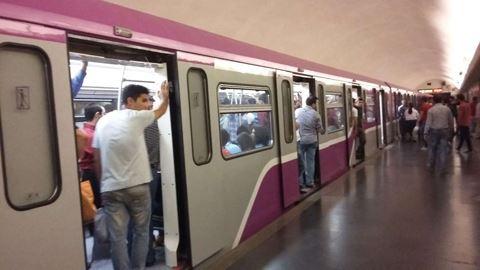 Metroda həyəcanlı anlar: Anasından şiddət görən qız polisə sığındı
