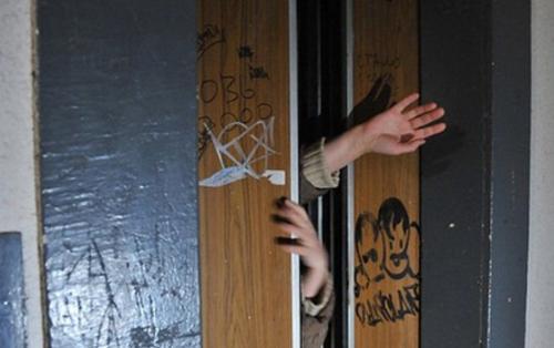 Bakıda gənc binada liftlə şaxtanın arasında qalaraq öldü