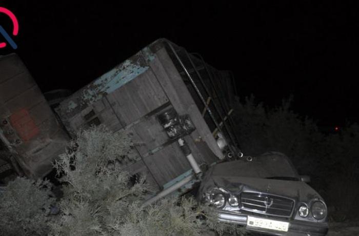 """""""KamAZ"""" """"Merсedes""""in üzərinə aşdı, sürücü yaralandı - FOTOLAR"""