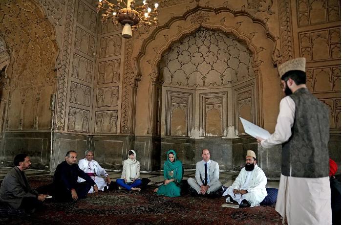 İngiltərə kraliyət ailəsi üzvləri məsciddə Quran dinlədilər - VİDEO