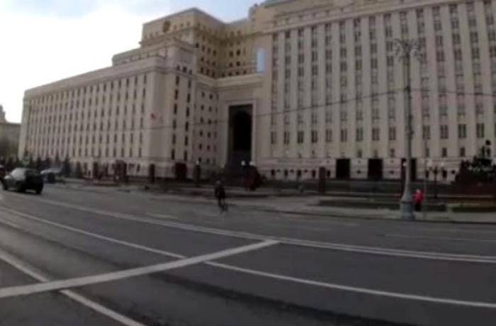 Rusiya Müdafiə Nazirliyinin qarşısında dəhşətli hadisə - VİDEO