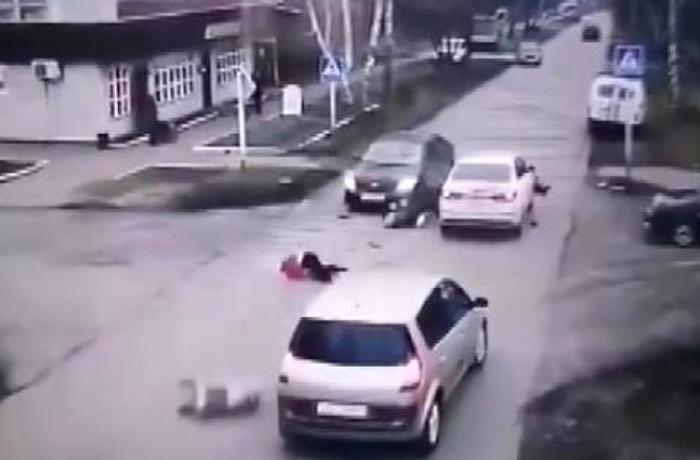 Rusiyada sərxoş sürücü yolu keçən yaşlı piyadaları vurdu – ANBAAN VİDEO