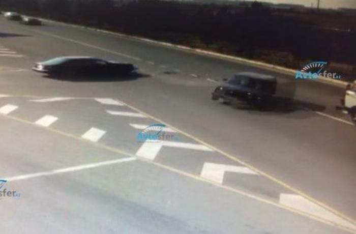 """Azərbaycanda ağır qəza: """"Mercedes"""" yola çıxdı, """"Niva"""" """"KamAZ""""a çırpıldı - ANBAAN VİDEO"""