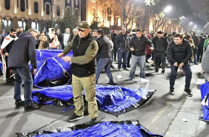 Gürcüstanın parlament binası qarşısında çadırlar qurulub
