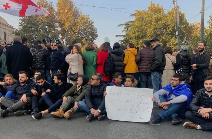 Tbilisidə parlament binası qarşısında etiraz aksiyası keçirilir
