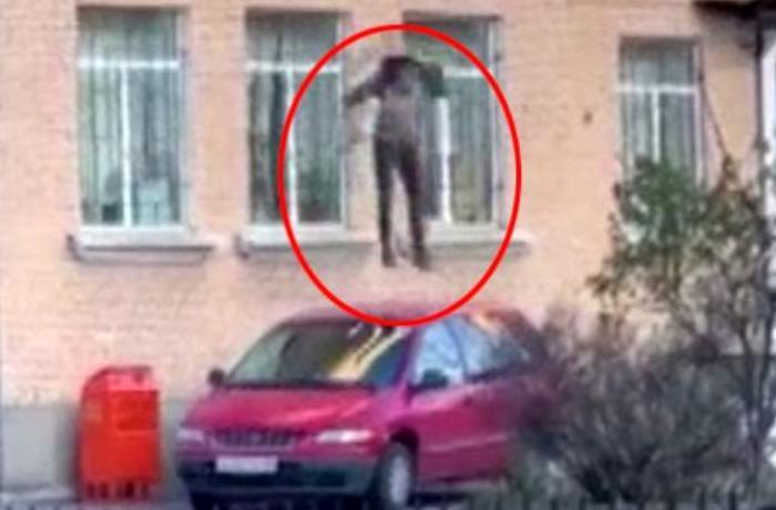 Rusiyada şübhəli polis şöbəsindən qeyri-adi metodla qaçdı - VİDEO