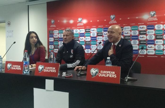 UEFA nümayəndəsi azərbaycanlı tərcüməçini konfransdan çıxardı - VİDEO