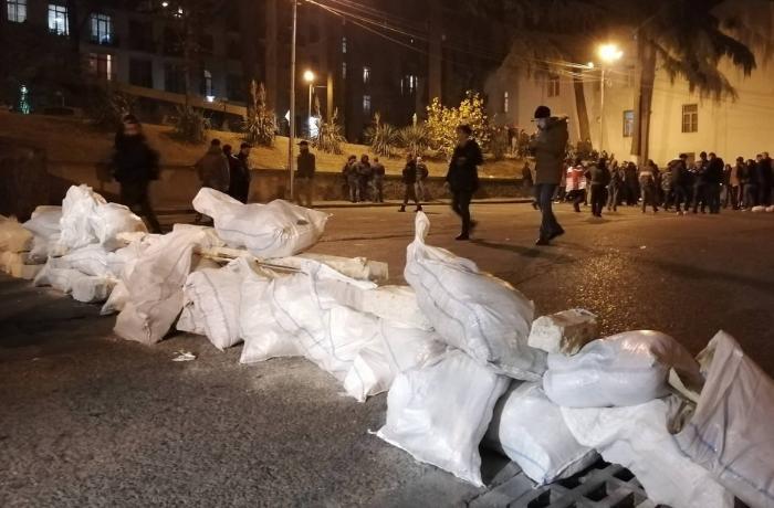 Tbilisidə etirazçılar Gürcüstan parlamenti ətrafında barrikadalar qurublar