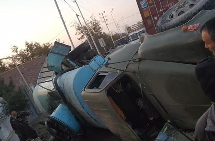"""Qazaxda minik və yük avtomobilləri toqquşdu - """"Qaz-53"""" aşdı"""