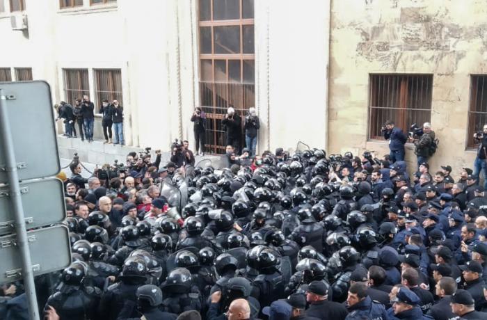 Tbilisidə xüsusi təyinatlılarla aksiya iştirakçıları arasında toqquşmalar baş verir - FOTOLAR