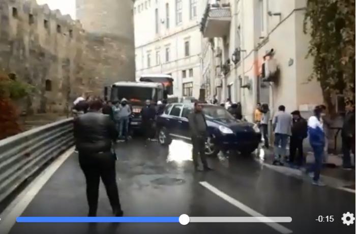 """""""Porsche"""" avtomobili Bakının mərkəzində hərəkəti tam iflic edib - VİDEO"""