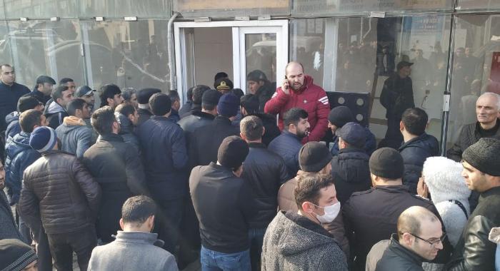 "Sahibkarlar yolu bağladı, İcra başçısı ""EuroHome""a gəldi - FOTOLAR"
