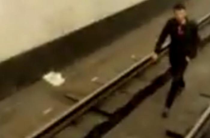 Bakı metrosunda həyəcanlı anlar - sərnişin özünü qatarın altına atıb