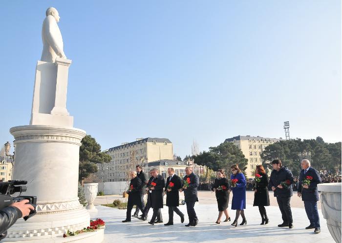 Abşeronda Heydər Əliyevin abidəsi ziyarət edildi - FOTOLAR