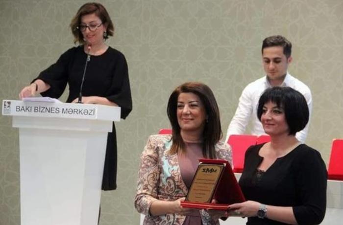 Tanınmış jurnalist mükafatlandırıldı - FOTO