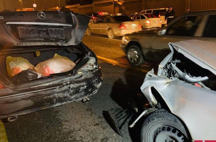 Bakıda 3 maşın bir-birinə girdi, yolda tıxac yarandı - FOTO