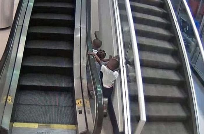 3 yaşlı uşaq eskalator boşluğuna düşərək can verdi - VİDEO