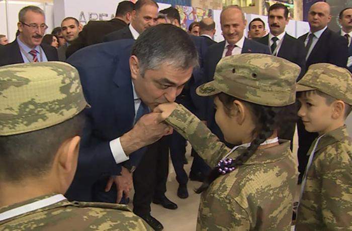Nazir şəhid övladlarının əllərindən öpdü - VİDEO
