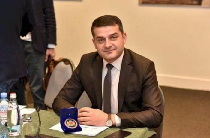 Azərbaycanlı deputat toyda oynadı, başından pul səpdilər - VİDEO