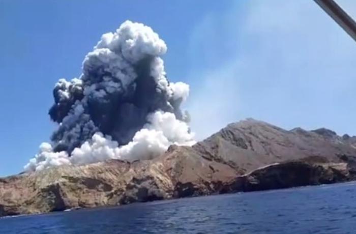 Yeni Zelandiyada vulkan püskürdü, 5 turist öldü - Dəhşətli anların VİDEOSU