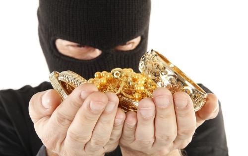 Tanışının evindən oğurladığı 1 milyon manatlıq qızılı 75 min dollara satdı - BAKIDA