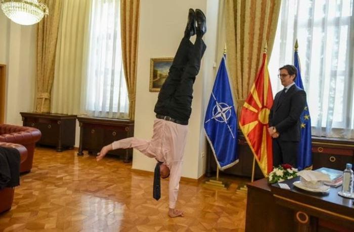 İsrail səfiri prezidentin qəbulunda akrobatik hərəkətlər etdi - VİDEO