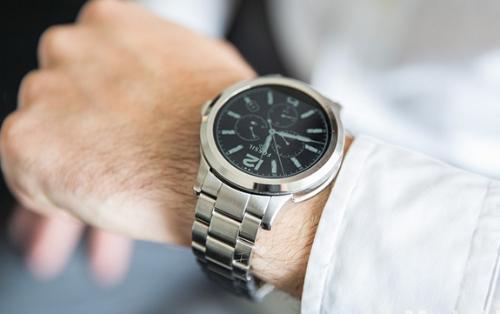 Azərbaycanda nazirlik işçilərinə qiymətli qol saatları alır