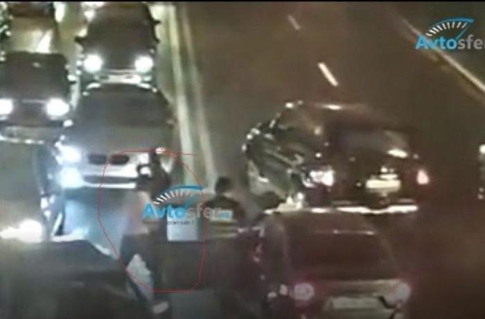 Bakıda taksi sürücüsü yol polisinə hücum etdi - ANBAAN VİDEO