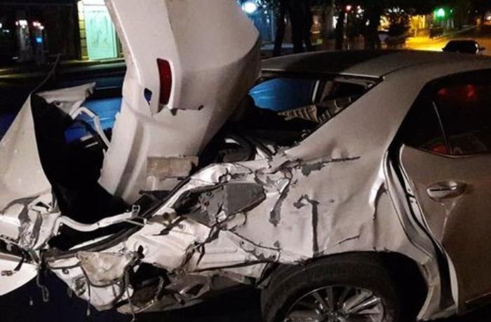 Bakıda sürücü qırmızı işıqda keçib ağır qəza törətdi - VİDEO
