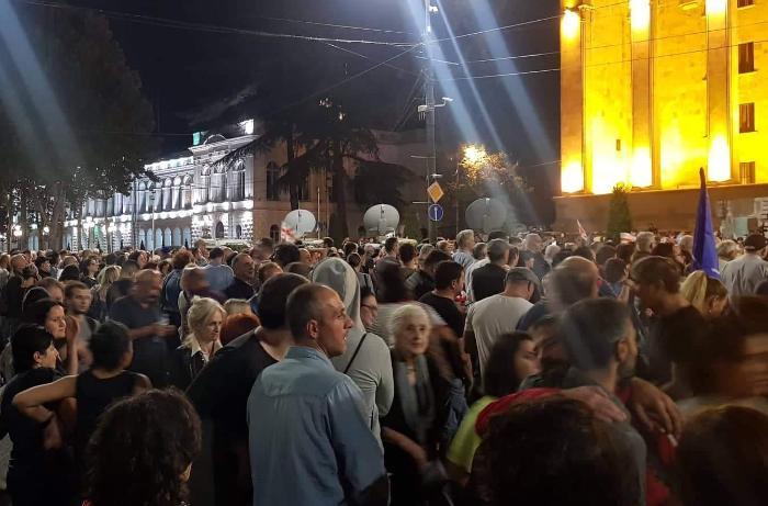 """Tbilisidə etirazçılar hökumətə """"qırmızı kart"""" göstəriblər"""