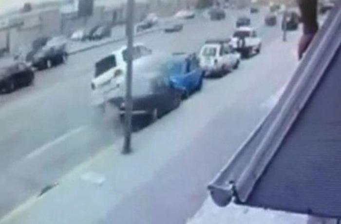 """Bakıda """"Toyota"""" eyni anda 4 avtomobilə çırpıldı - ANBAAN VİDEO"""