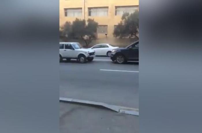 """Bakıda """"Niva"""" sürücüsü qayda pozan şəxsi belə """"cəzalandırdı"""" - VİDEO"""