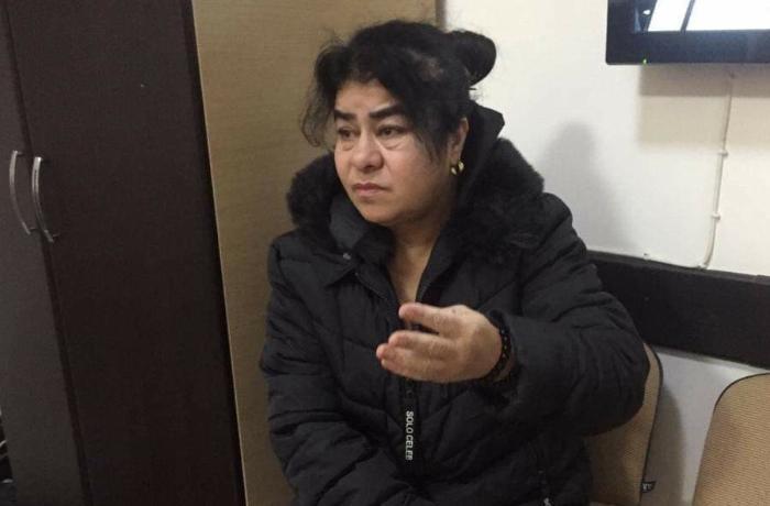 Məktəbliləri oğurladığı iddia edilən qadın polis idarəsinə gətirildi - RƏSMİ
