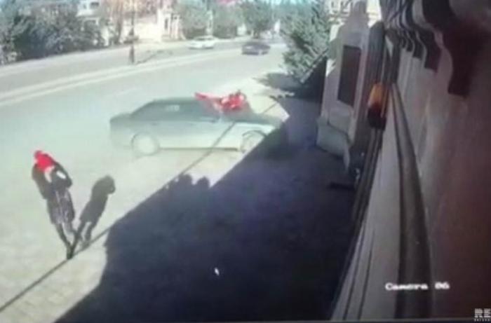 Xırdalanda iki azyaşlını avtomobil vurub - VİDEO
