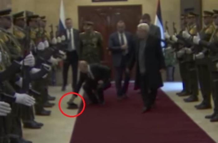 Hərbçinin papağı yerə düşdü, Putin ona yaxınlaşdı və... – VİDEO