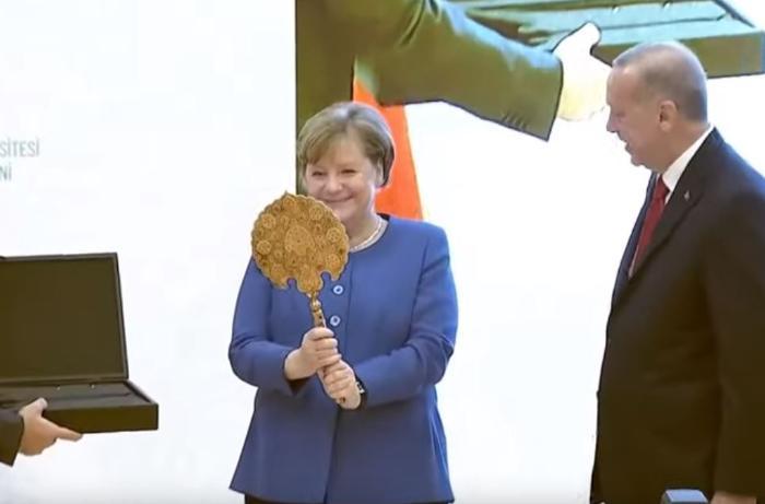 Ərdoğandan Merkeli sevindirən hədiyyə - VİDEO