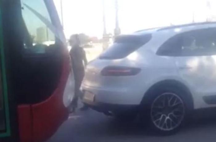 Bakıda qadın sürücü ilə avtobus sürücüsü arasında mübahisə - VİDEO
