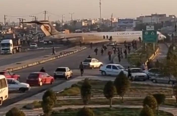 İranda təyyarə avtomobil yoluna eniş etdi – VİDEO