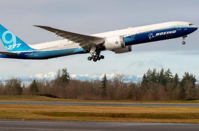 Dünyanın ən böyük ikimotorlu sərnişin təyyarəsi ilk uçuşunu edib - VİDEO