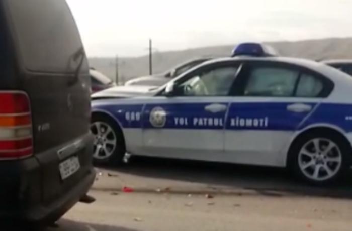 Yol polisi avtomobili sürətlə taksiyə çırpıldı, hava yastıqları açıldı - VİDEO
