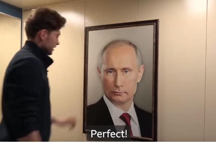 Liftə Putinin portreti yapışdırıldı, yaşlı qadın kənarından tutub... - VİDEO