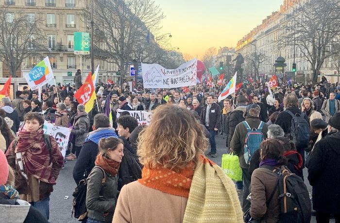 Fransada on minlərlə insan küçələrə çıxdı