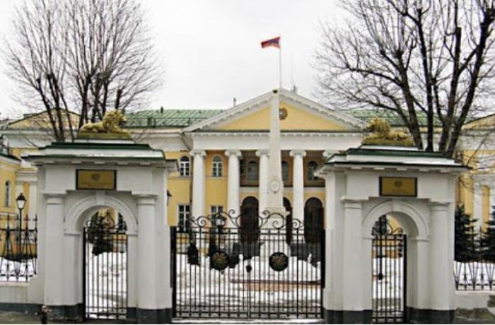 На территории посольства Армении в центре Москвы появилась лиса -  ФОТО