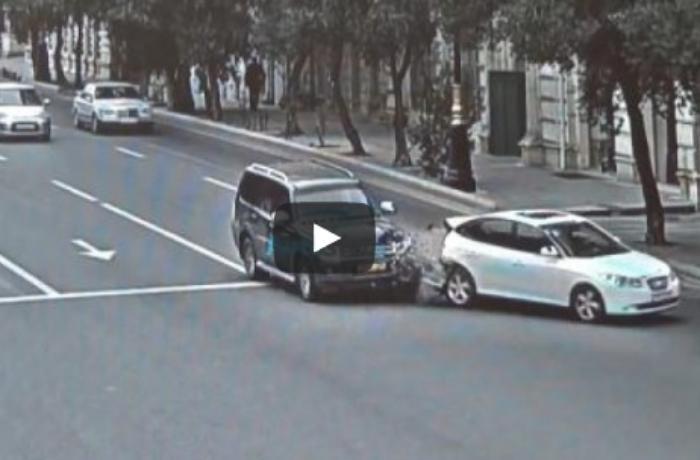 """""""Mitsubishi"""" işıqforda dayanan maşına belə çırpıldı - ANBAAN VİDEO"""