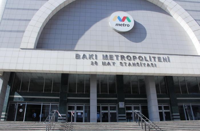 Bakıda metro stansiyalarının girişində sərnişinlərin hərəkəti məhdudlaşdırıldı - FOTOLAR