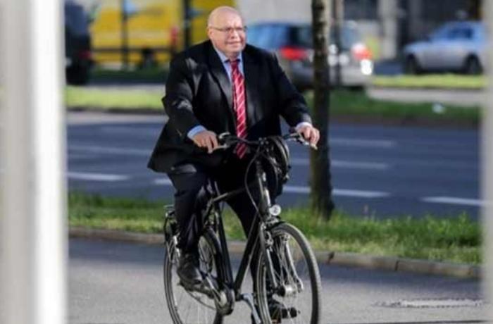 Almaniyada nazir büdcədən 750 milyard avro ayırdı, evə velosipedlə qayıtdı