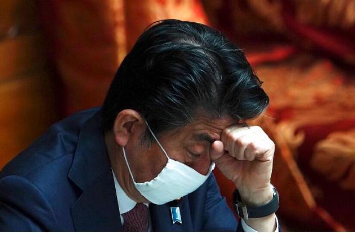 Yaponiyanın Baş naziri hökumətin payladığı maskadan istifadə etmir