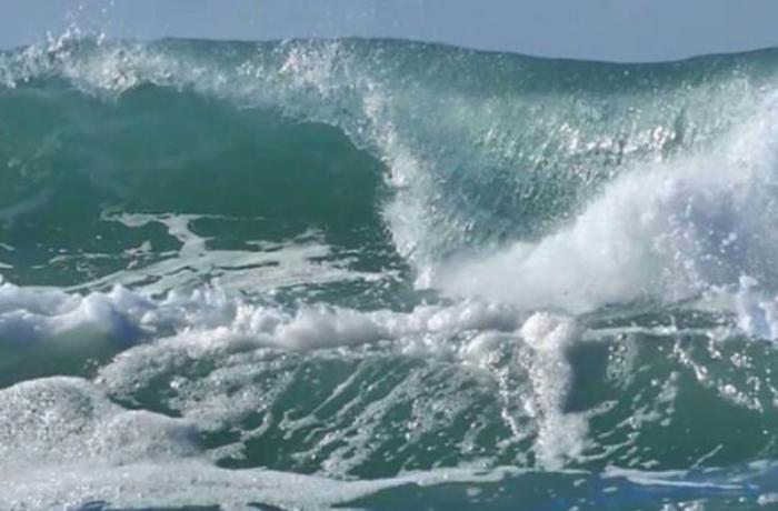 Neft Daşlarında dalğanın hündürlüyü 3.2 metrə çatıb - FAKTİKİ HAVA