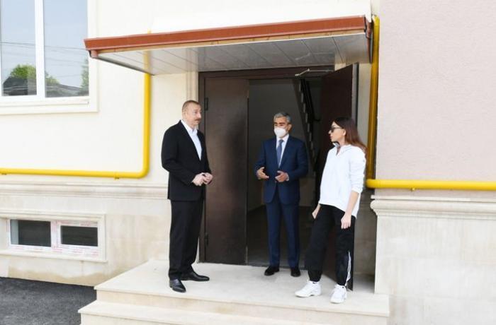 Prezident Şamaxıda tikilən çoxmənzilli binaların şəraiti ilə tanış olub